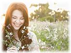 Mujer sonriendo con flores